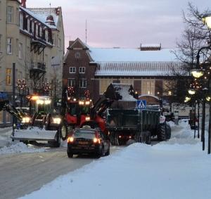 Snabb uppröjning av snömassor i Hässleholm.