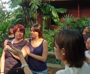 Berit och Cassandra tillsammans med svårbegriplig guide på Jim T.