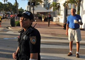 """She is the best looking officer in the hole Miami Police Department"", sa en åskådare på Ocean Drive."