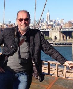 Jag själv på Brooklyn Bridge med Empire State Building i bakgrunden.