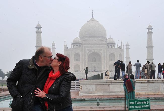 Var ska man pussas om inte vid Taj Mahal?