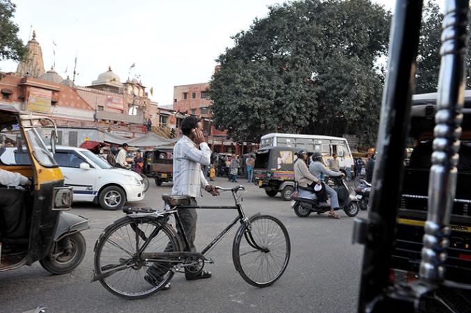 Alla finns överallt i rusningstrafiken - Jaipur. (Nikon D3)