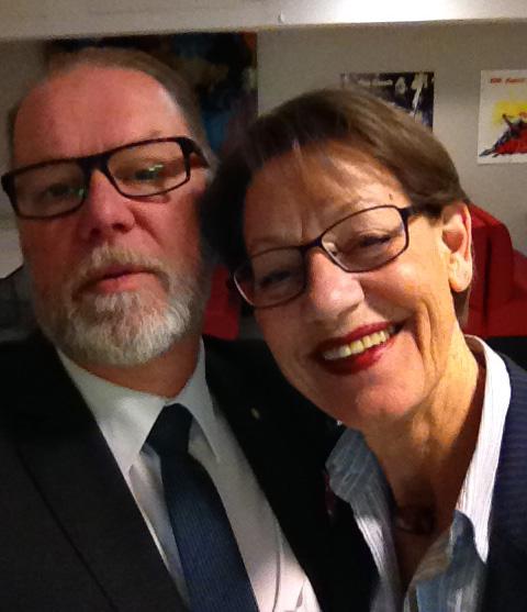 Gudrun Schyman verkar glad. Jag är mest orolig att inte komma med på bilden.