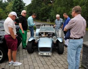 """Lotus Super Seven inspekteras av dagens """"petrol heads"""""""