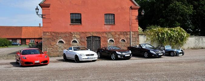 Vacker uppställning. Fr vänster Ferrari F430, Mercedes SLK230, Opel GT, Mercedes SL350, Lotus Super Seven. Brodda Stuteri.