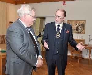 Karl-Joel Rundberg överlämnar presidentskapet i Rotary-klubben till undertecknad.