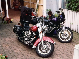 Motorcyklarna packas inför Europaäventyret.