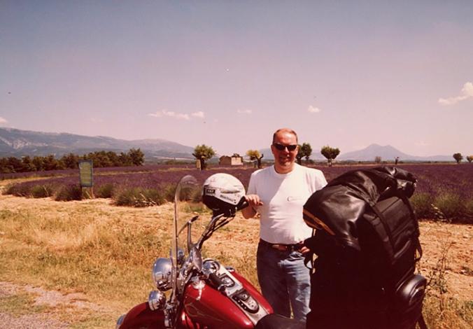 Någonstans i Provence med lavendelfält i bakgrunden.