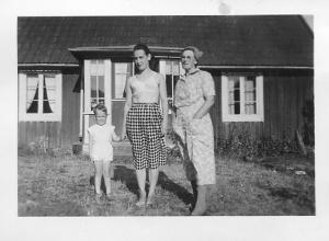 Min mormor (tv), en av mina mostrar, troligen Mariana och jag själv framför torpet i Örsjö.