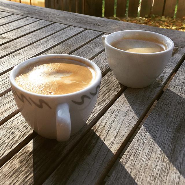 Sista koppen kaffe på köksaltanen för denna säsong.