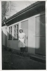 Vår mamma på bakgården på Teaterkällaren i Kalmar 1946.